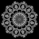 圆的框架-花卉鞋带装饰品-在黑背景的白色 免版税图库摄影