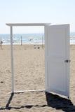 在海滩的白色门 免版税库存图片