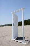 在海滩的白色门 库存图片