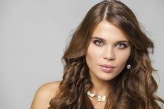 Πορτρέτο ομορφιάς του νέου ελκυστικού προτύπου Στοκ εικόνα με δικαίωμα ελεύθερης χρήσης