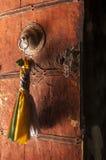 Старая ручка двери буддийского монастыря Стоковые Фото