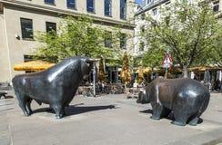 在法兰克福证券交易所的牛市与熊市雕象 免版税库存照片