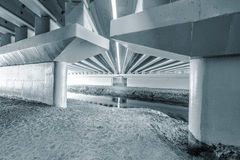 建筑在桥梁下 免版税图库摄影