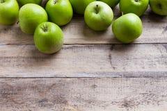 Зеленые яблоки на древесине Стоковое Фото