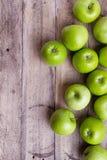 Зеленые яблоки на древесине Стоковые Фото