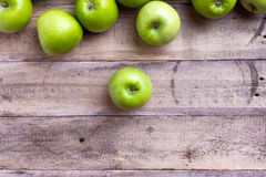 Зеленые яблоки на древесине Стоковая Фотография RF