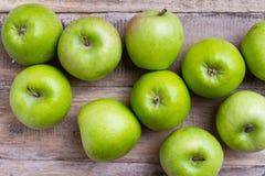 Зеленые яблоки на древесине Стоковое Изображение RF