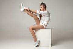 投入在运动鞋的少妇 免版税库存照片