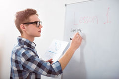 在黑板的被集中的男学生文字 图库摄影