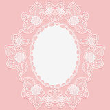 以大奖章的形式有花边的花小垫布 在桃红色背景的白色鞋带布料 库存照片