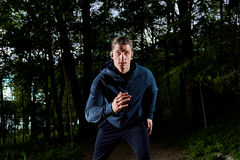 跑步在晚上的年轻人 库存照片
