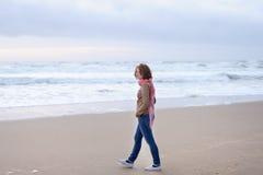 走在海洋附近的女孩 库存图片