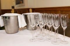 Стекла и шампанское подготовили для замужества свадьбы здравицы Стоковые Фотографии RF