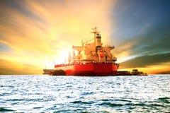 商业集装箱船装货物品在海港口再端起 免版税库存图片
