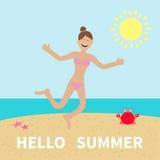 你好夏天 妇女佩带的泳装跳跃 太阳,海滩,海,海洋,螃蟹 女孩愉快的上涨 在桃红色的动画片笑的字符 免版税库存图片