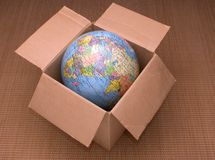 положите глобус в коробку Стоковые Фотографии RF