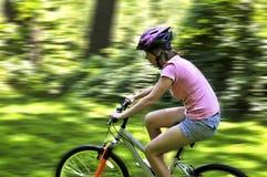 少年自行车的女孩 库存图片