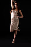 站立在一条腿的晚礼服的少妇,垂直 免版税库存图片
