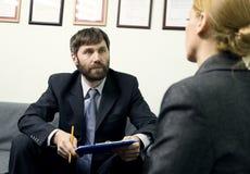 Άτομο σε ένα επιχειρησιακό κοστούμι που πραγματοποιεί μια συνέντευξη εργασίας συνέντευξη έτοιμη Στοκ φωτογραφία με δικαίωμα ελεύθερης χρήσης