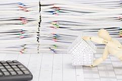 Το ξύλινο πλαστό σπίτι εκμετάλλευσης έχει τον υπολογιστή θαμπάδων και υπερφορτώνει τη γραφική εργασία Στοκ εικόνα με δικαίωμα ελεύθερης χρήσης