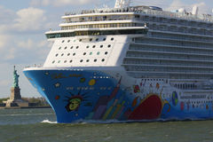 Νορβηγικό αποσπασθε'ν κρουαζιερόπλοιο που αφήνει το λιμάνι της Νέας Υόρκης Στοκ φωτογραφία με δικαίωμα ελεύθερης χρήσης