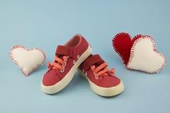 Красные ботинки для маленькой девочки Стоковое фото RF
