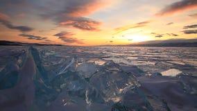 在庄严冰冷的贝加尔湖的五颜六色的日落 影视素材