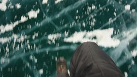 走在冻贝加尔湖的人 股票录像