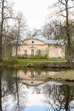 仿照俄国古典主义样式的桃红色房子 免版税库存图片