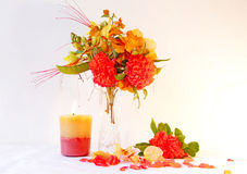 Λουλούδι που τακτοποιεί με ένα καίγοντας κερί Στοκ φωτογραφία με δικαίωμα ελεύθερης χρήσης