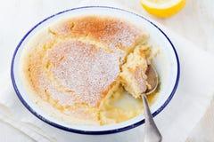 柠檬布丁蛋糕用在白色木背景的新鲜的柠檬 免版税库存图片