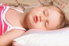 美丽的女婴睡觉 免版税库存照片