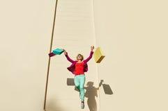 跳跃的妇女购物袋 库存照片