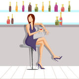 Όμορφη γυναίκα που απολαμβάνει το ποτό στο φραγμό Στοκ Εικόνα