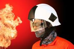 在油和煤气产业的消防队员,成功的消防队员在工作,战斗机的火衣服与火和衣服为保护火 免版税库存图片