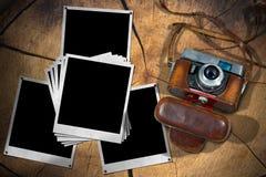 老照相机和立即照片框架 库存照片