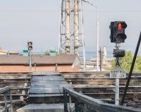 在一条行人交叉路的红灯在铁路 免版税库存照片