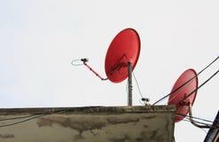 Κόκκινο δορυφορικό πιάτο δύο Στοκ Εικόνες