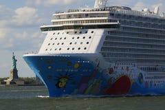 Νορβηγικό αποσπασθε'ν κρουαζιερόπλοιο που αφήνει το λιμάνι της Νέας Υόρκης Στοκ εικόνες με δικαίωμα ελεύθερης χρήσης