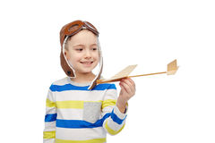 飞行员帽子的愉快的小男孩有飞机的 免版税库存照片