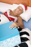 作她的工作圣诞老人性感的年轻人 免版税图库摄影
