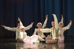 Люди танцуя в традиционных костюмах на этапе, Стоковые Изображения RF