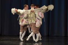 Люди танцуя в традиционных костюмах на этапе, Стоковые Фотографии RF