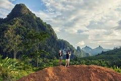 女性拍摄在手机的录影在与她的女儿的夏天周末期间在泰国 免版税库存图片