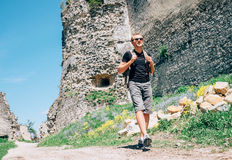 在老城堡废墟疆土的人旅游步行 免版税库存照片