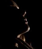 美好的与闭合的眼睛的淫荡沉思女孩外形画象在黑暗,在黑背景 免版税库存图片
