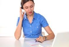 妇女顾客服务工作者,有在白色背景隔绝的电话耳机的电话中心微笑的操作员画象  免版税图库摄影
