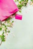 Η εποχή των πωλήσεων στο κατάστημα, το ρόδινο όμορφο καλοκαίρι τσαντών αγορών ανθίζει, διαστημικό κείμενο Στοκ Εικόνα