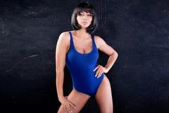 蓝色泳装的性感的美丽的女孩 免版税库存图片