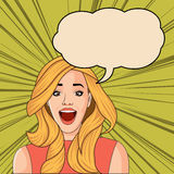 尖叫美丽的白肤金发的减速火箭的惊奇的妇女 免版税库存图片